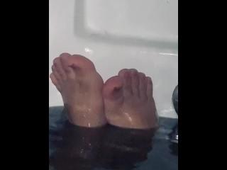 Wet toes in black bath