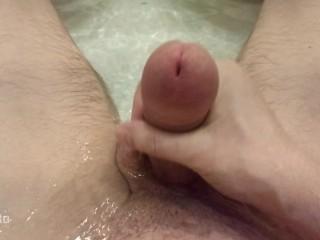 Младший братик мастурбирует в ванной пока никто не видет 4К