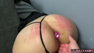La MILF mora che guarda il porno incastrato lascia cadere il telefono e si fa scopare da sola