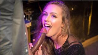 VR Bangers Сексуальная блондинка студент принимает большой черный петух на вечеринке VR порно
