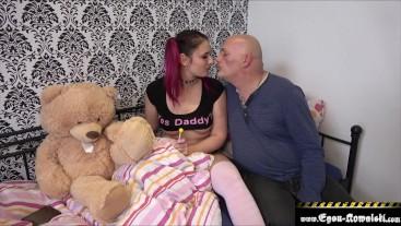 Schleimiger Onkel fickt seine Nichte ohne Kondom