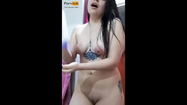 Naked guy singing - Listen to me sing while i put cream