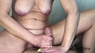 подружка скачет на члене и получает порцию спермы в раскрытую киску