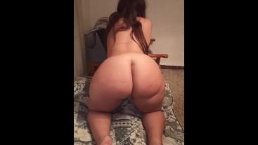 Chica con culo increíble es follada duramente