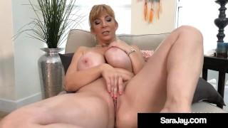 PAWG Domestiche Sara Jay si strofina il corpo e si masturba Muff maturo!