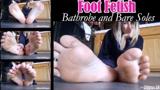 免费色情管 - Misha Mystique 恋足癖浴袍和裸露脚底挑逗赤脚脚趾点皱的脚底