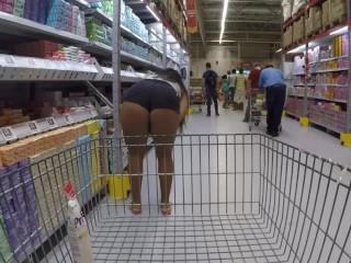 Sra. Feet mostrando os peitões no mercado sem censura pela 1º vez