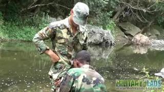 Melhores filmes para adultos - Military Lads Dois Rapazes Militares Descansando Junto Ao Rio