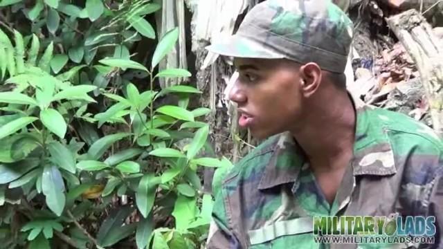 Oral pix gay les Cock-loving military lad blows a boy