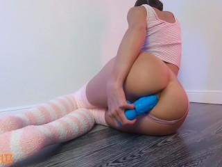 Милая девушка шлепает себя и скачет на дилдо.