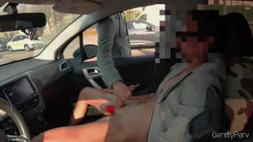 DICK FLASH CAR part 2. La troia infila la mano e mi fa godere