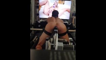 Geiler Fickmaschiene Analsex während dem Porno schauen