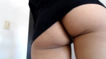 HOTTEST MINI SKIRT UPSKIRT NO PANTIES GIRL MASTURBATES PUSSY