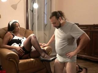 Sottomesso Dalla Cameriera le annusa calze e piedi. Dialoghi ITA