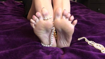 Foot Fetish. Mature Milfs feet enjoys a string of pearls