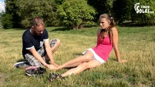 视频色情 - 伤害了脚踝和她的臭脚(健身房脚,臭袜子,臭脚,脚底
