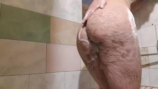 Video's Porno - Tienerjongen Zijn Grote Pik Trekt In De Badkamer Zijn Lul Aftrekken