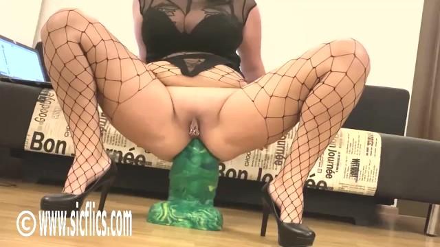 Loose ass hole - Goliath dildo wrecks her loose ass hole