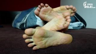 最好看的色情片 - 两个女孩早上躺在床上的脚(女同性恋脚,恋足癖,Pov脚,脚底