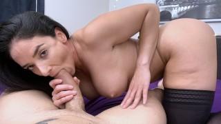 Грудастая мамочка Sheena Ryder мастурбирует и сосет огромный член!
