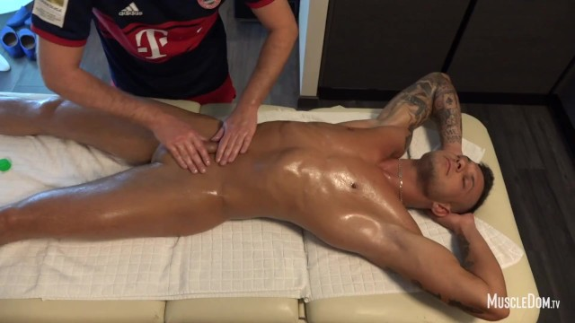 Gay muscul man Muscle massage