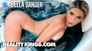Reality Kings – латиноамериканскую попку Abella Danger трахают в ванной