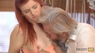 DADDY4K. Une belle rousse a des relations sexuelles folles avec