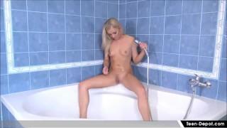 Adolescente solista si masturba sotto la doccia