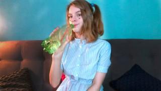 девушка трахает себя большим дилдо до анального оргазма и трет клитор