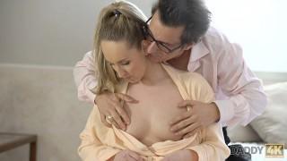 DADDY4K Nach dem Duschen bekommt Babe einen reifen Boner