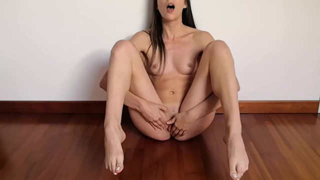 Fucking pussy long vid Italian amateur with long feet and toes gets her pussy really wet and moans