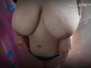 Latina juega con sus Enormes Tetas 34DD Reales