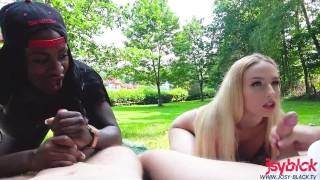 Public Outdoor Gruppensex auf der Freibadwiese | Josy Black & Lucy Cat