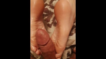 Gf gives Sexy footjob / toejob