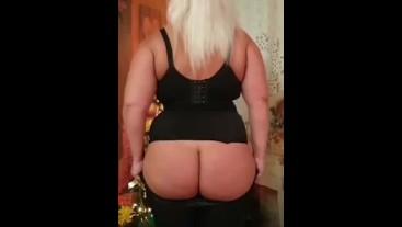 Блондинка  с огромной  жопой смачно впихивается в лосины)