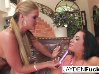 Phoenix Marie gives Jayden Jaymes a lesson in anal!