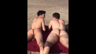 Va a una playa nudista con su amigo y se lo folla - Seba Terry