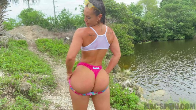 Mud mask facial Fucking kelsi monroe out in the swamp of the everglades for facial