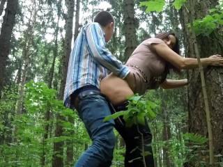 Стянул штаны и трахнул жену друга прямо в лесу!