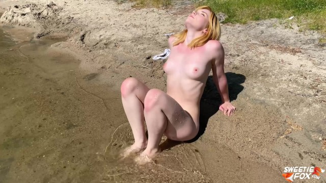 Costume porn pics Babe with juicy ass plays on beach without swimsuit outside