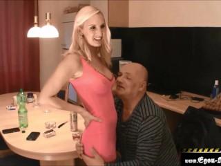 Der hübschen Tochter vom Arbeitskollegen den Arsch vollgepumpt