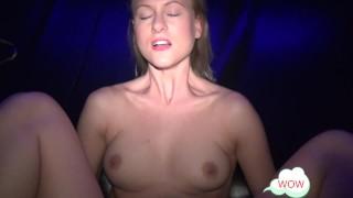 Heiße Blondine POV im Pornokino gefickt