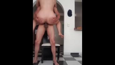 Video casero rica culona dándose sentones en la silla