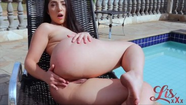 Novinha gostosa tocando uma siririca na piscina | Lis Xxx