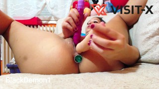 VISITX Teenie Girl versenkt zum Ersten mal alle drei Dildos