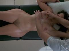Jolla va a su amigo para que le de un masaje en su nuevo cuerpo y la ayude a sanar con sus manos