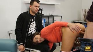 HUNT4K La figa rasata viene penetrata duramente davanti al suo ragazzo