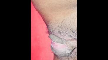 වොෂ් රූම් එකට  යන්න  කම්මැලි  කමට බේසමට චූ දැම්මා sri lankan sex girl pissing video