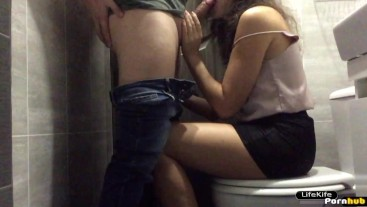 Fucked a young sexy girl at a party in the toilet of a nightclub.Hidden camera in the bathroom