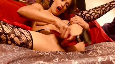 With red lips Ezza_shae rifles her pussy pink dildo solo female oragasm